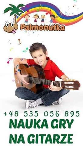 chłopak z giarą - nauka gry na gitarze