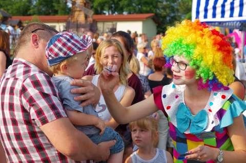 klaun animator malowanie twarzy dzieciom na festynie