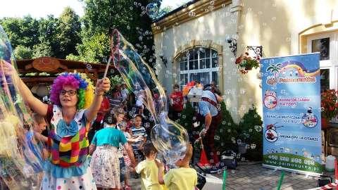 pokaz dużych baniek mydlanych na wesele ślub urodziny festyny imprezy klaun animator