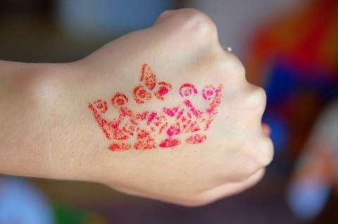 Tatuaż brokatowy na imprezę