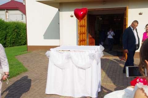 wypuszczanie balonów przed kościołem, pudło balonowe, balony na hel