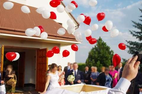 atrakcje na ślub, pudło z balonami na hel, wypuszczanie balonów z helem przed kościołem