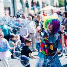 animator klaun robi pokaz ogromnych baniek mydlanych święto paniagi rzeszów