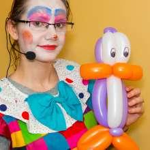Animator zabaw dla dzieci w sali zabaw